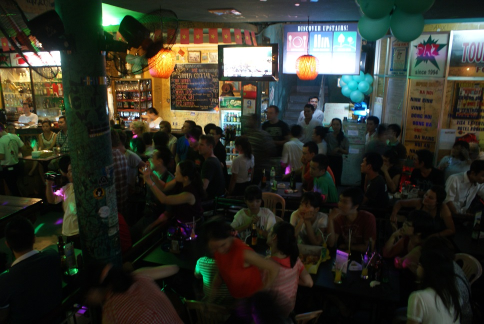 Không khí trong một buổi tiệc sinh nhật DMZ bar - Luôn nhộn nhịp