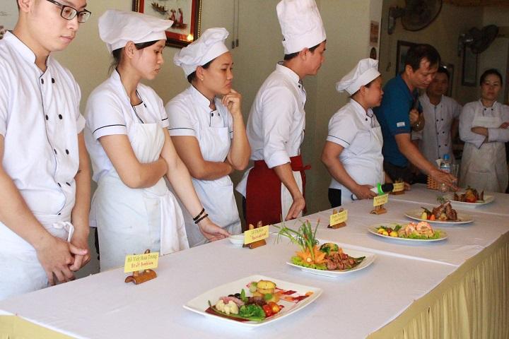 Cùng tiếp thu những nhận xét và góp ý quý báu từ BGĐ cùng các chuyên gia ẩm thực trong cuộc thi Little Italy