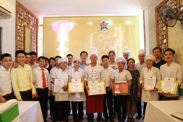 """Cùng chúc mừng các nhân viên tham gia cuộc thi """" Đầu bếp sáng tạo"""" đã nhận giấy chứng nhận và giải thưởng của Ban Tổ chức."""
